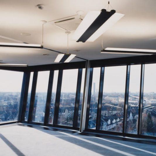 Arcadia Parc Innenaufnahme Büro mit schräger Fensterfront