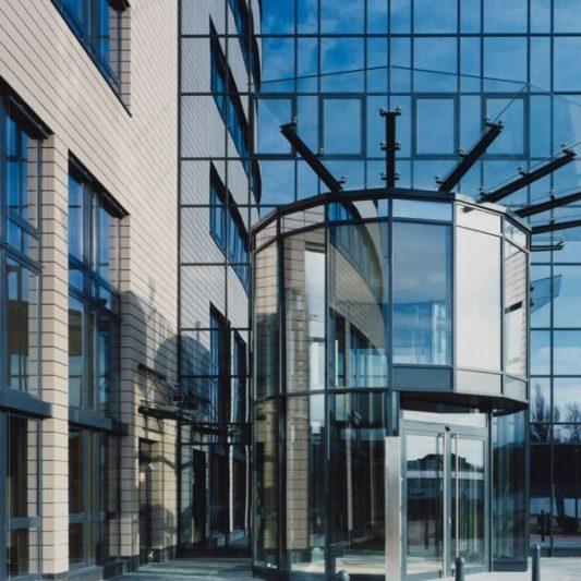 Arcadia Parc Detail Fassade runder Glaseingang mit gläsernem Vordach