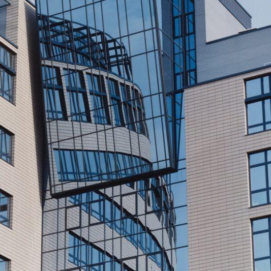 Arcadia Park Detail Fassade Blick von unten auf Gebäudevorsprung in Glas