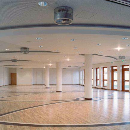 Arcadia Parc Innenansicht Saal mit Holzfußboden