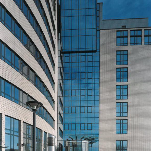 Arcadia Parc Ausschnitt Fassade mit Blick auf runden gläsernen Eingang