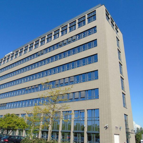 Arcadia Parc Ausschnitt Fassade von rechter Gebäudeseite her aufgenommen hellgelbe Glaskeramikfassade