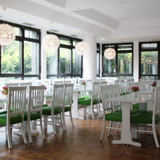 Bürocenter Nord Innenansicht Kasino mit Holzkboden und grün-weißer ansprechender Einrichtung