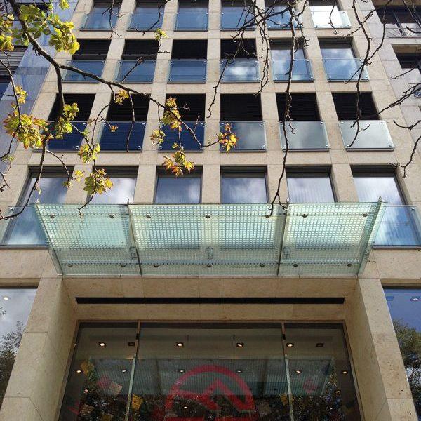 Königsallee 88 Fassade mit Glasvordach schräg von unter aufgenommen