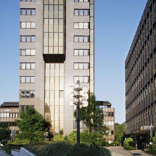 Bürocenter Nord Seitenansicht Fassade Kanzlerstraße 4 mit Zuwegung davor