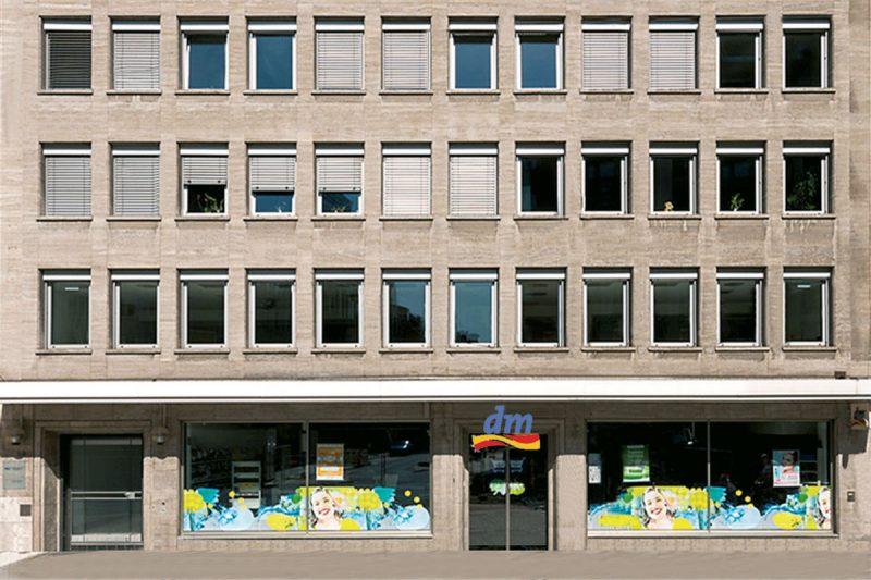 Am Wehrhahn Ausschnitt Fassade mit Blick auf Ladenlokal dm