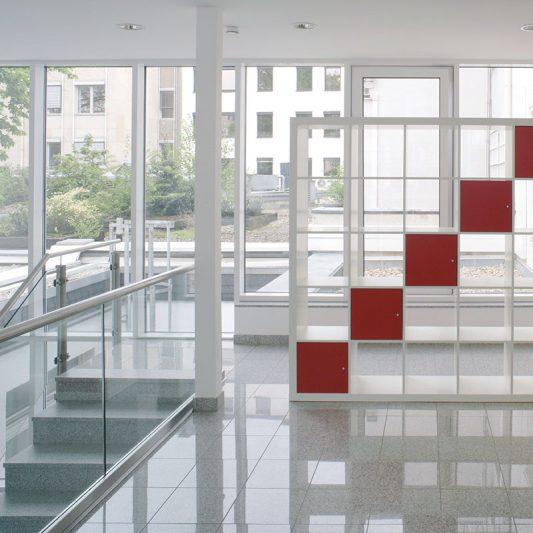 Jacobistraße Innenansicht Erdgeschoss Blick auf Treppenabgang und Hinterhof hellgrauer Granitboden