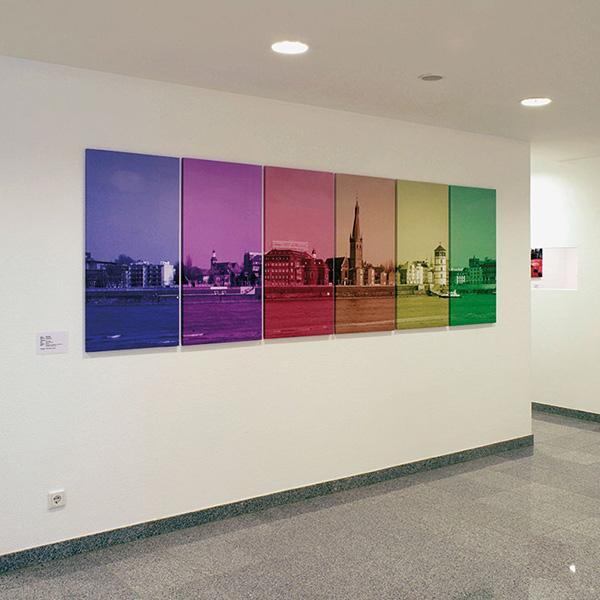 Jacobistraße Innenansicht Arztpraxis mit Farbigen Bildern Städteansicht Düsseldorf im Vordergrund