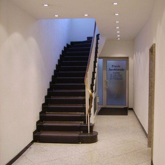 Jakobistraße Innenansicht Blick auf Treppenaufgang und Eingang Praxis Boden Granit hellgrau