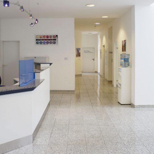 Jacobistraße Innenansicht Empfang Arztpraxis mit Blick auf Flur zu Praxisräumen