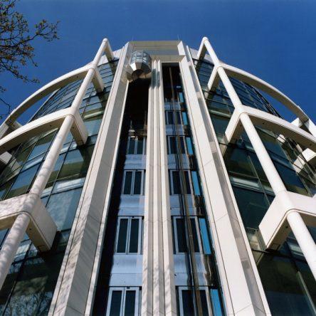 Prinzenpark Fassadendetail Eckgebäude Blick auf gläserne Fassade von unter gesehen außen liegende Fahrstühle