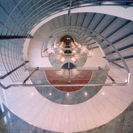 Prinzenpark Innenansicht Blick von oben in Treppenabgang mit Granitboden in 3 Farben Metallgeländer
