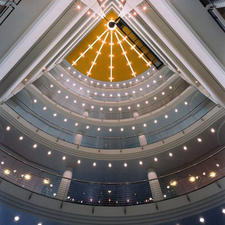 Prinzenpark Innenansicht Eckgebäude Blick von unten ins Treppenhaus Lichterhimmel Beleuchtung mit Farbverlauf von Blau nach Gelb