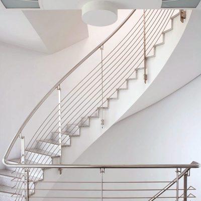 Prinzenpark Innenansicht Detail Treppenaufgang mit Metallgeländer und aufwändiger Deckengestaltung