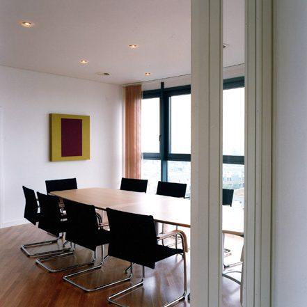 Prinzenpark Innenansicht kleiner Konferenzraum mit Holzboden schwarze Bestuhlung