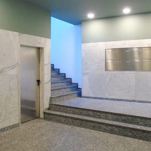 Schadowstraße 86-88 Innenansicht Entrée mit Blick auf Treppenaufgang und Briefkastenanlage Granitboden