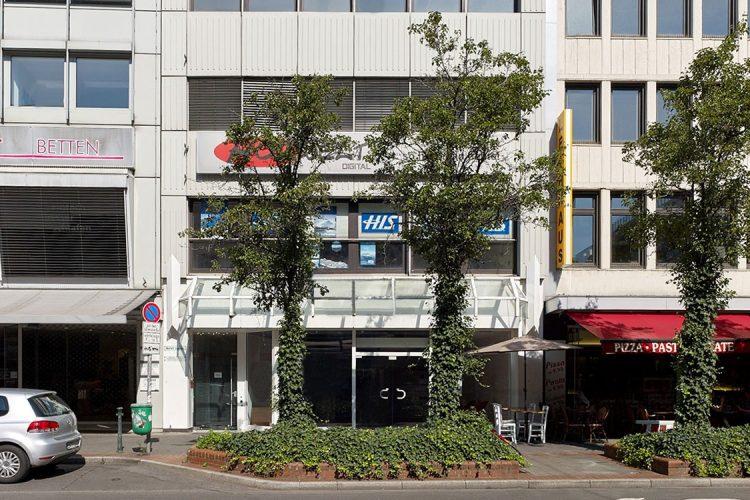 Schadowstraße 84 Fassade frontal untere Etagen Efeu bewachsene Baumscheiben und Bäume davor