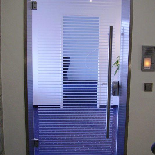 Schadowstraße 84 Innenansicht Detail Büroeingangstüre Glas blauer Teppichbonen