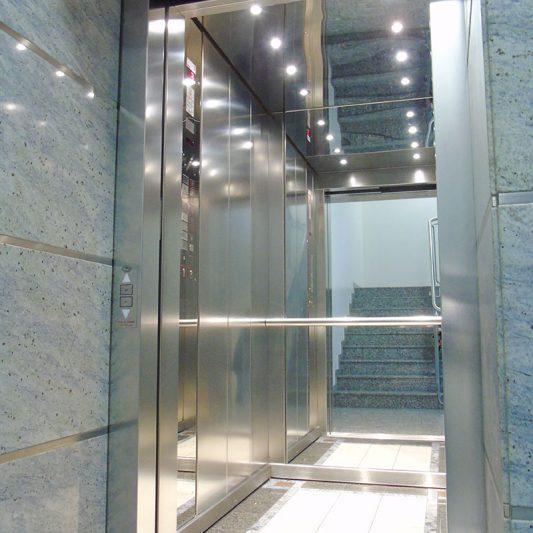 Schadowstraße 84 Innenansicht Blick in Spiegel im Fahrstuhl Edelstahl heller Granitboden