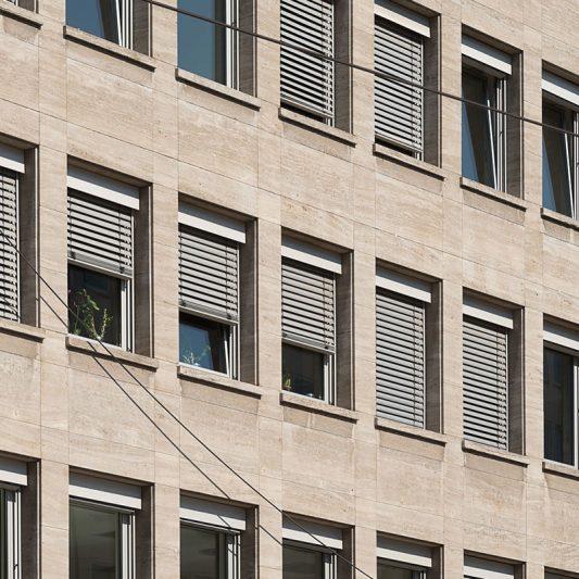 Am Wehrhahn Detail Fassade Fenster teils mit Jalousetten davor teils offen