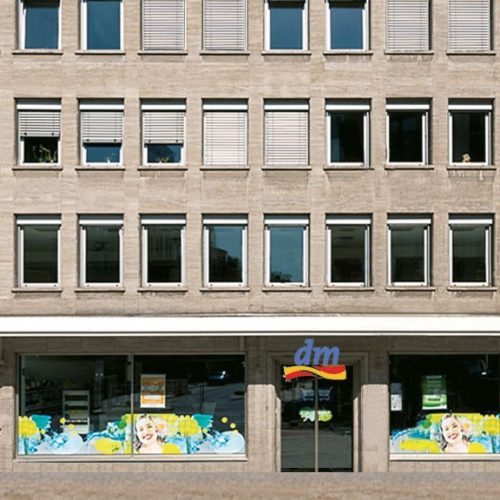 Am Wehrhahn Detail untere Fassade mit Ladenlokal dm im Erdgeschoss
