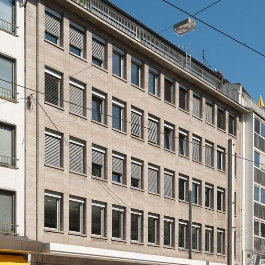 Am Wehrhahn Fassade Gesamtansicht mit Blick auf Ladenlokal dm im Erdgeschoss