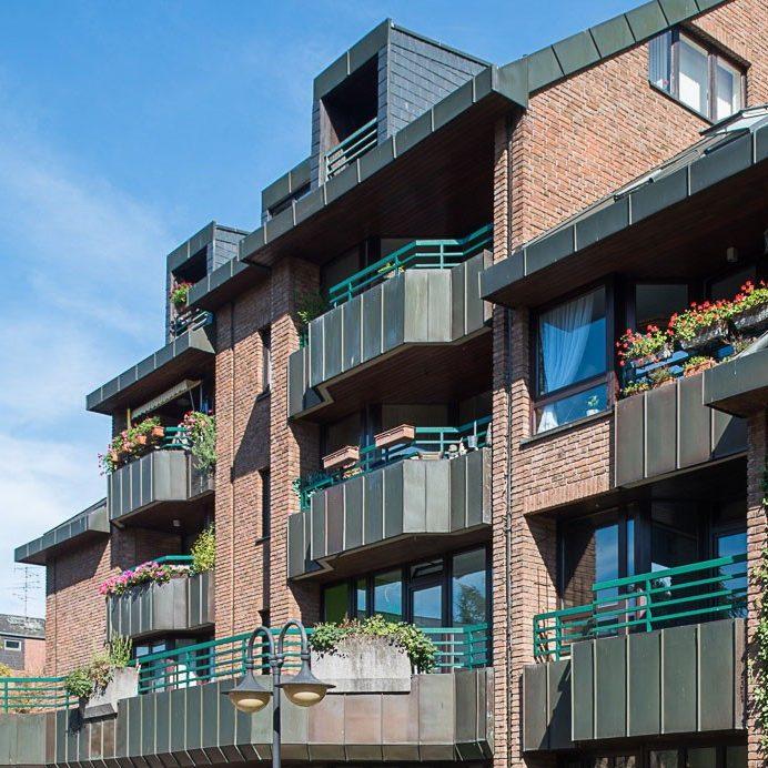 Klemensviertel Außenansicht Detail Backsteinfassade begrünte Balkone