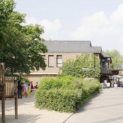 Klemensviertel Außenansicht Spielplatz mit spielenden Kindern