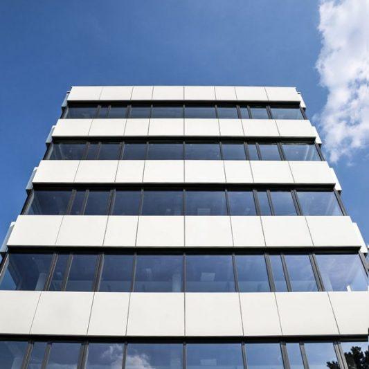 Take-Off Fassadendetail Seitenansicht von unten nach oben aufgenommen