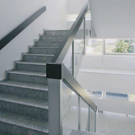 Take-Off Innenansicht Treppenaufgang Granit und Edelstahl