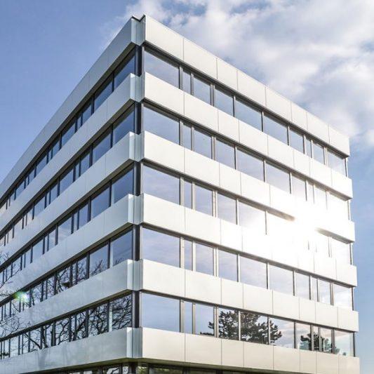 Take-Off Fassade Ansicht schmale Gebäudeseite mit Grünanlagen davor