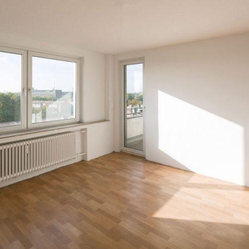 Zinkhüttenpark Blick in Wohnzimmer mit Fenstern und Balkontüre