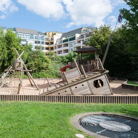 Prinzenpark Außenansicht Spielplatz mit Wohnhäusern im Hintergrund