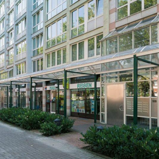 Prinzenpark Fassadenansicht Wohnhäuser mit Ladenlokalen im Erdgeschoss von Hansaallee aus betrachtet