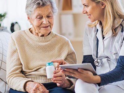 Alte Dame bekommt ambulante Seniorenpflege in ihrer Wohnung der Arcadia Höfe
