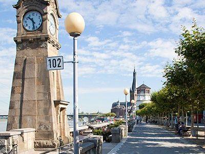 Rheinuferpromenade Düsseldorf mit Pegeluhr und Burgturm im Blick