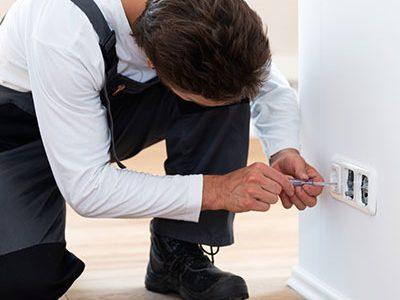 Elektriker bietet Hausmeisterservice in einer Wohnung der Arcadia Höfe