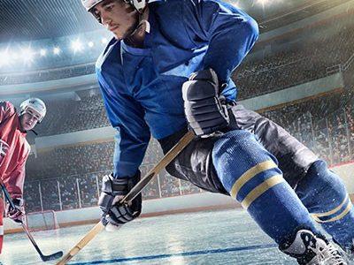 Eishockeyszene im Stadion Spieler in blauem Trikot ist am Puck
