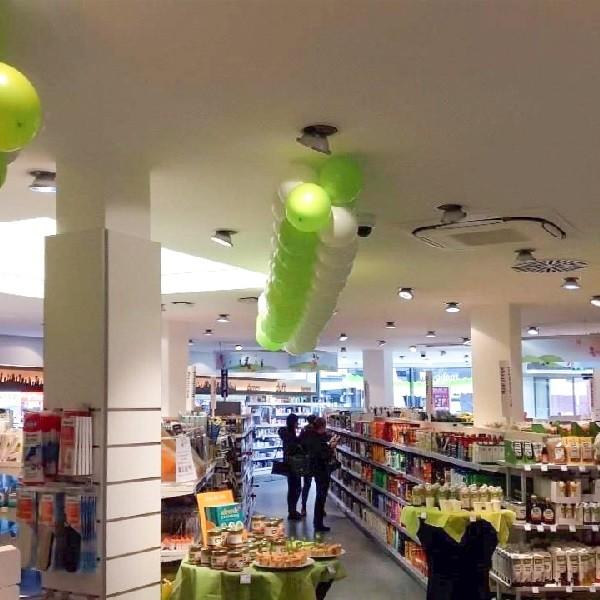 Am Wehrhahn Innenansicht Ladenlokal dm mit grünen und weißen Luftballons geschmückt