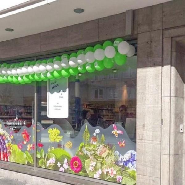 Am Wehrhahn Detail Schaufenster Ladenlokal geschmückt mit Ballons in Grün und Weiß