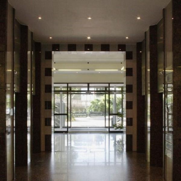 Bürocenter Nord Innenansicht Hauptgebäude Durchblick Eingangsbereich mit Granitverkleidungen und Glastüre