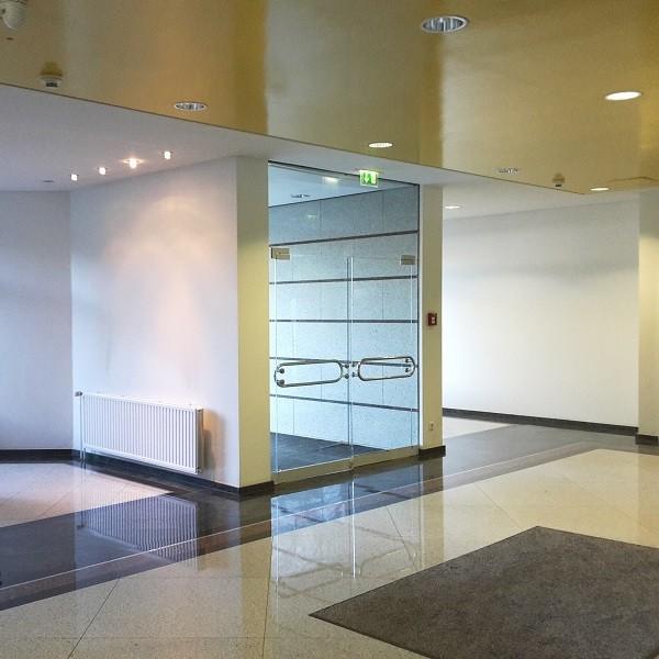 Bürocenter Nord Innenansicht Eingangsbereich Nebengebäude mit Granitboden und Glastüre