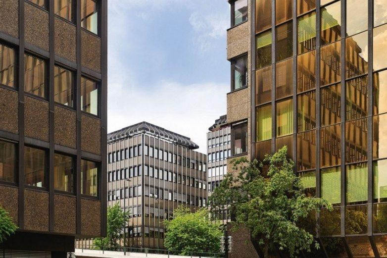 Bürocenter Nord Ausschnitt Fassade Blick zwischen zwei Gebäuden hindurch