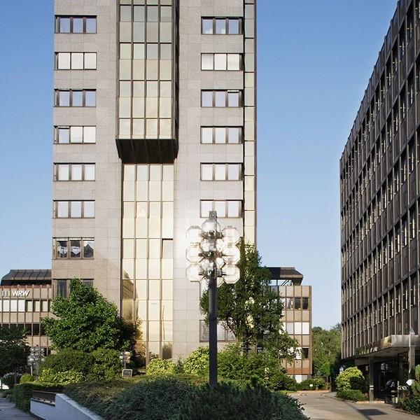 Bürocenter Nord Seitenansicht Fassade Kanzlerstraße 4 mit Zuwegung