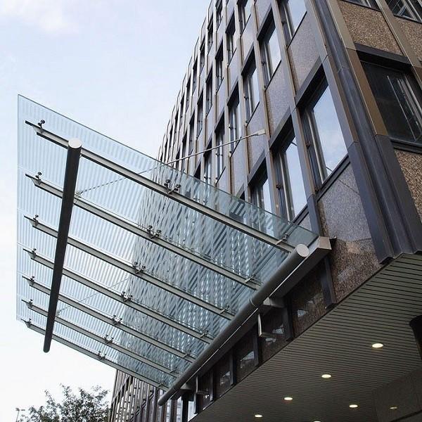 Bürocenter Nord Detail Fassade mit modernem Glasvordach