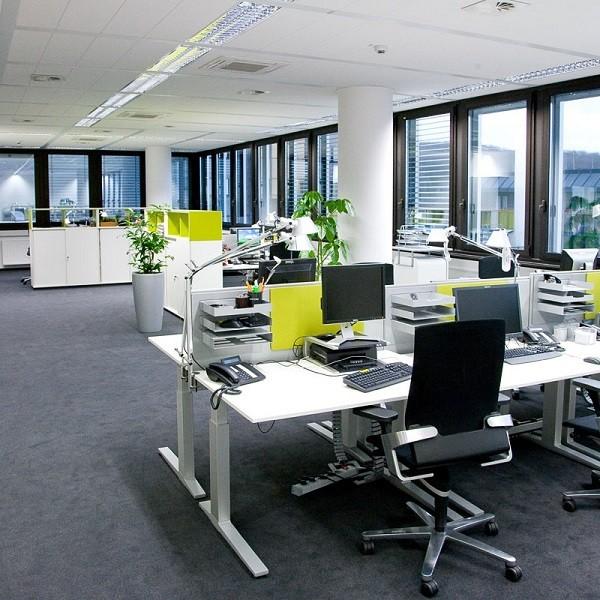 Bürocenter Nord Innenansicht helles Großraumbüro mit Büroeinrichtung in Weiß und Grün