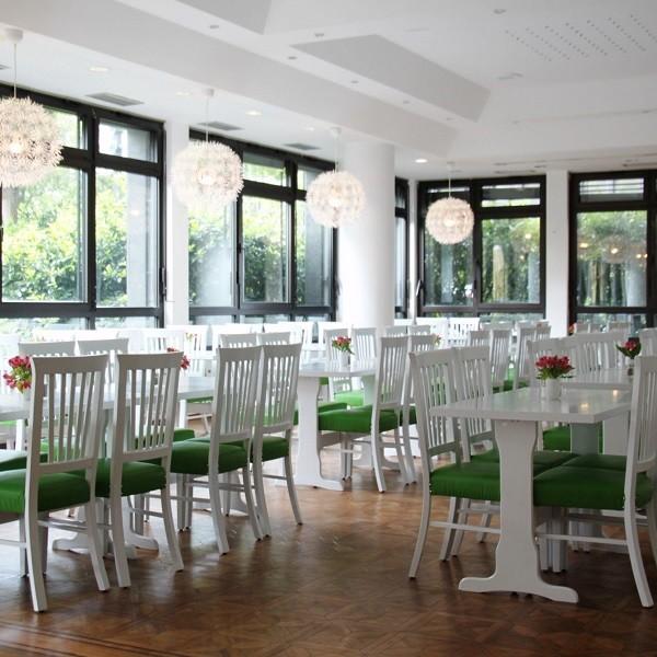 Bürocenter Nord Innenansicht Casino 'Food@Work' Tische und Bestuhlung in Weiß und Grün