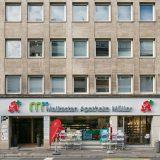 Jacobistraße Fassade untere Etagen mit Blick auf Ladenlokal Malkasten Apotheke Müller
