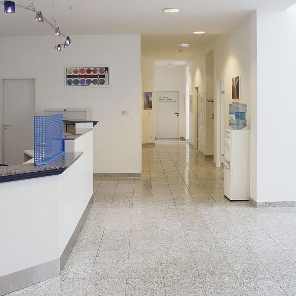 Jacobistraße Innenansicht Empfang Arztpraxis mit Blick in Flur zu Praxisräumen