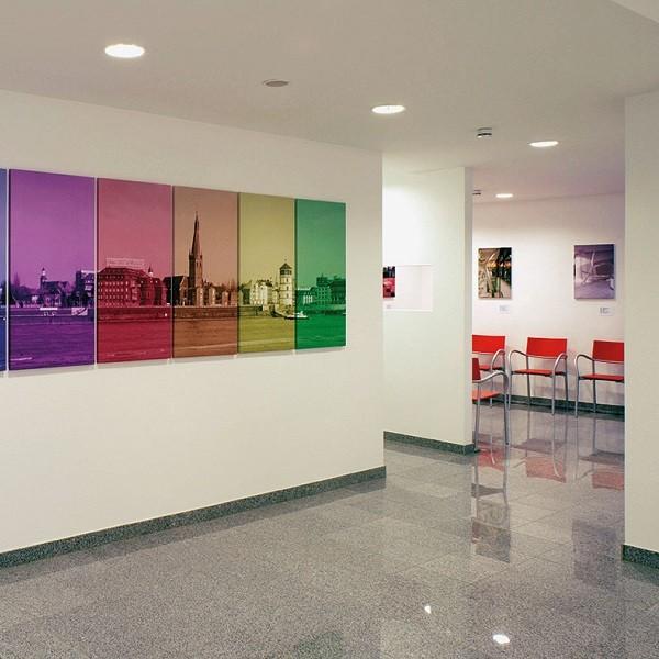 Jacobistraße Innenansicht Arztpraxis farbige Bilder mit Städteansichten Düsseldorf im Vordergrund